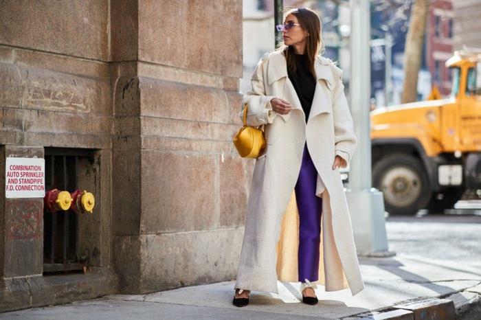 ideas de colores que combinan con morado, largo abrigo en color beige, pantalones en color púrpura y blusa negra
