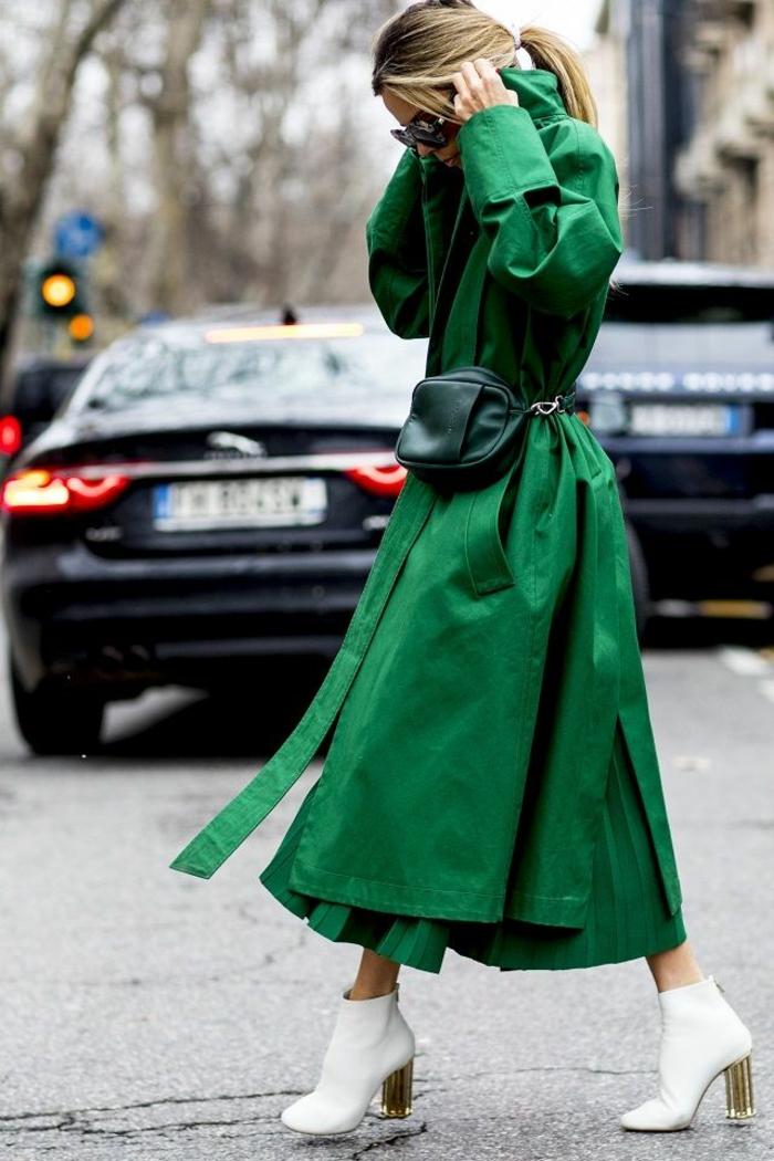botas en color blanca combinados con abrigo largo en color verde vibrante, colores que combinan con verde en fotos