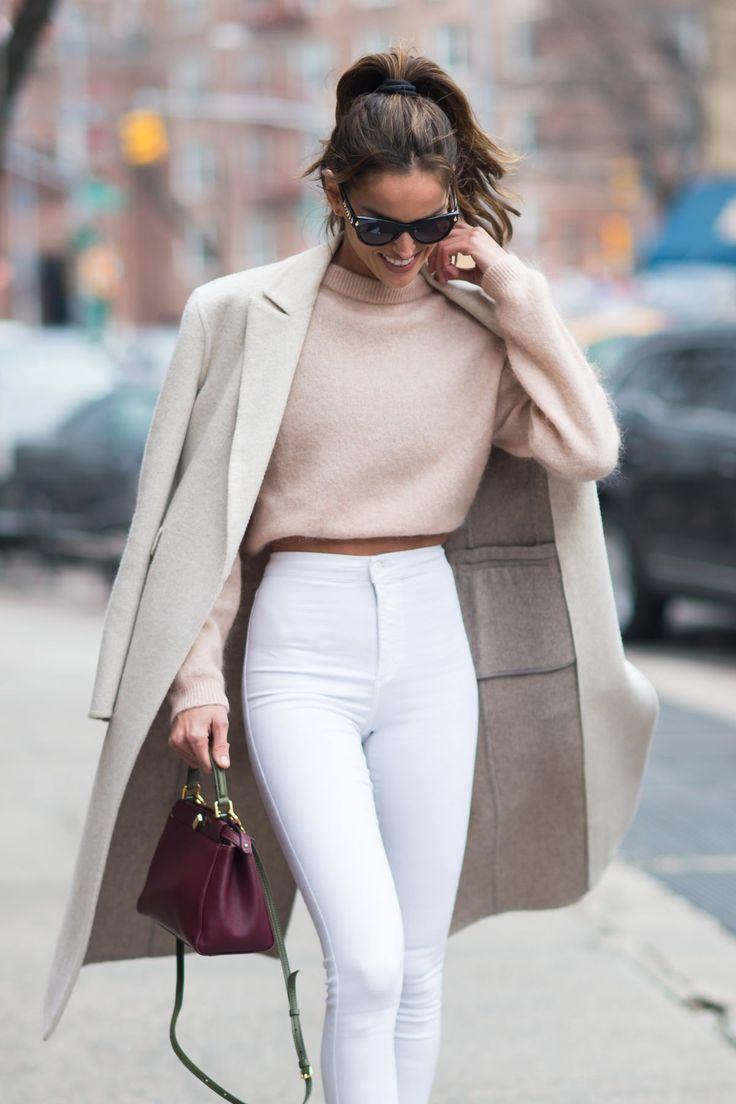 vaqueros blancos con talla alta, abrigo de cashmer en beige, jersey blanco y pequeño bolso en color bordeos, ideas moda mujer 2020