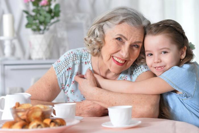 abuela y nieta desayunando juntas, regalos originales para mujeres, ideas de regalos personalizados para madres y mujeres