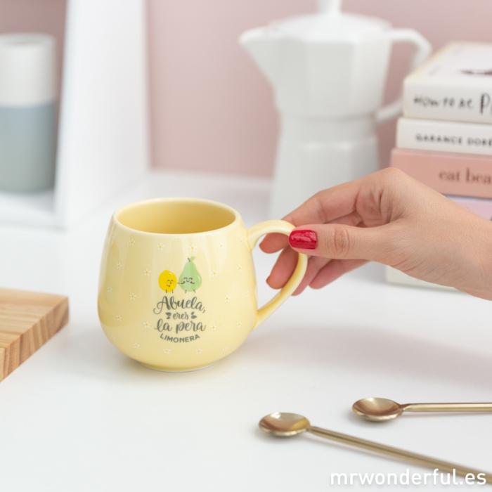 que regalar a una abuela, bonitas ideas de regalos personalizados para sorprender a tu abuela, taza con letras en forma de pera