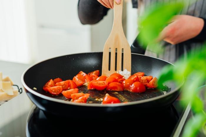 calentar tomates uva en aceite de oliva, ideas de recetas de cenas caseras faciles y rapidas, fotos de cenas sanas