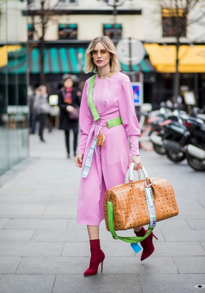 ideas de colores que combinan con morado, combinaciones de colores en la ropa inusuales, vestido en rosado con botas en bordeos