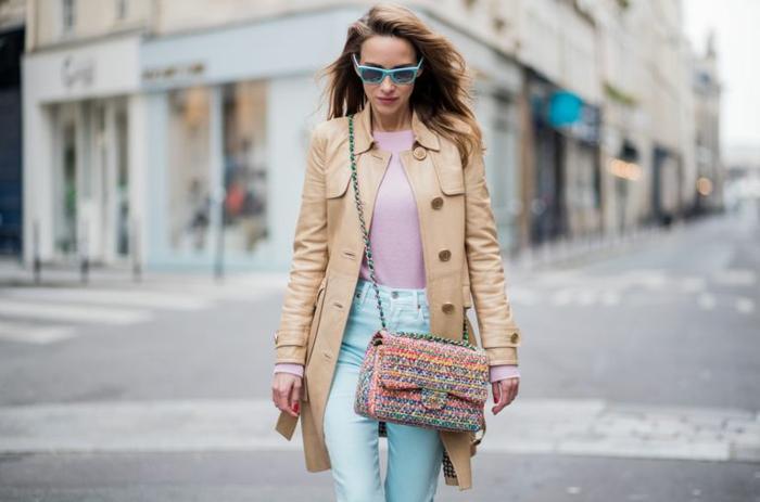 ejemplos de colores que combinan con rosa, outfit en estilo casual, vaqueros en color muy claro, abrigo en color beige y blusa en color rosado