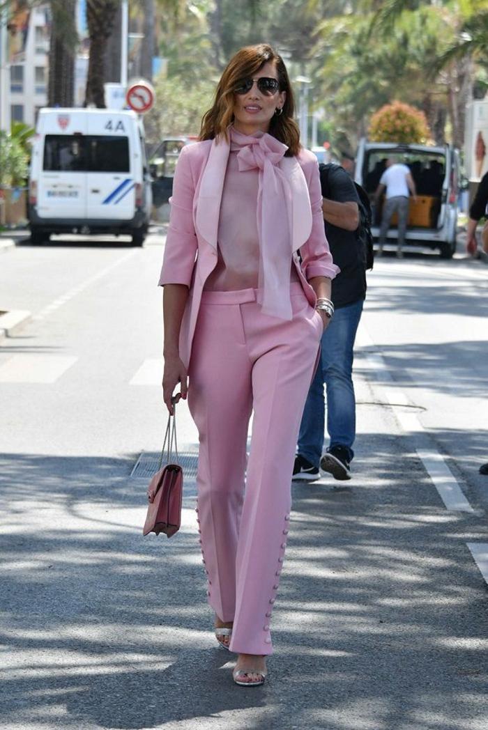 tacones altos en color plata combinados con un outfit en color rosado, colores que combinan con rosa, ideas de prendas mujer colores modernos
