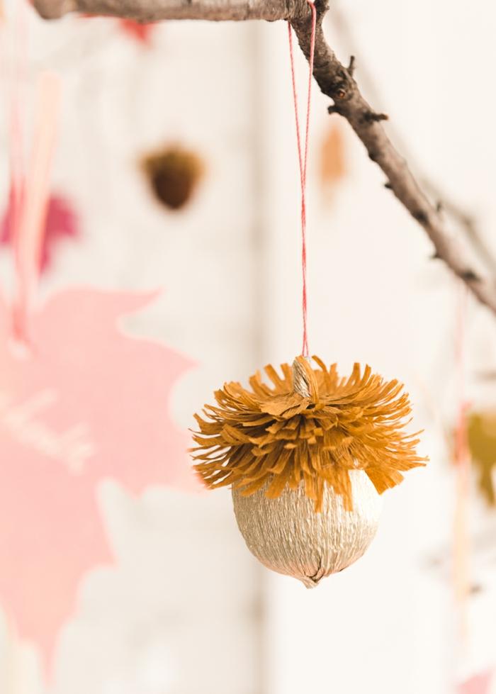 manualidades con papel crepe originales, pequeño adorno en forma de bellota, ideas de manualidades para decorar la casa