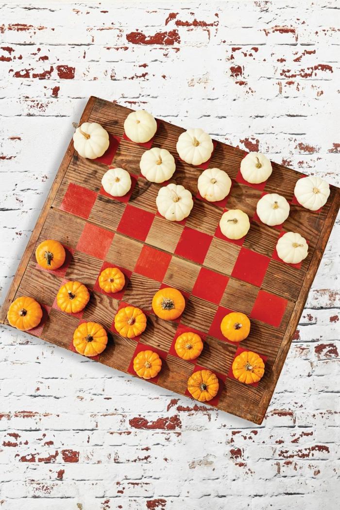 ajedrez decorativo con mini calabazas en dos colores, manualidades otoño para decorar el hogar, 90 propuestas de proyectos DIY