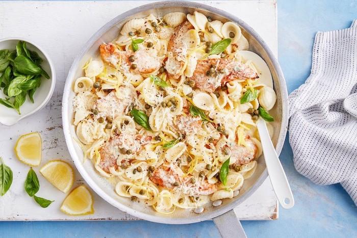 pasta italiana casera con pollo, quesos, albahaca y limón, platos de la dieta mediterránea, cenas ligeras y sanas