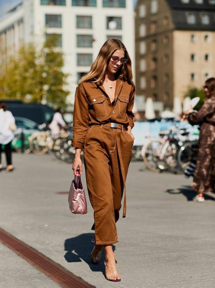 hermoso outfit en color marrón con pequeño bolso en color rosado, colores que combinan con rosa, ideas de colores de moda para mujeres