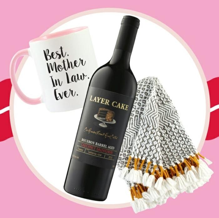 manta en gris y blanco, taza personalizada y botella de vino tinto de sabor especial, regalos para mama bonitos