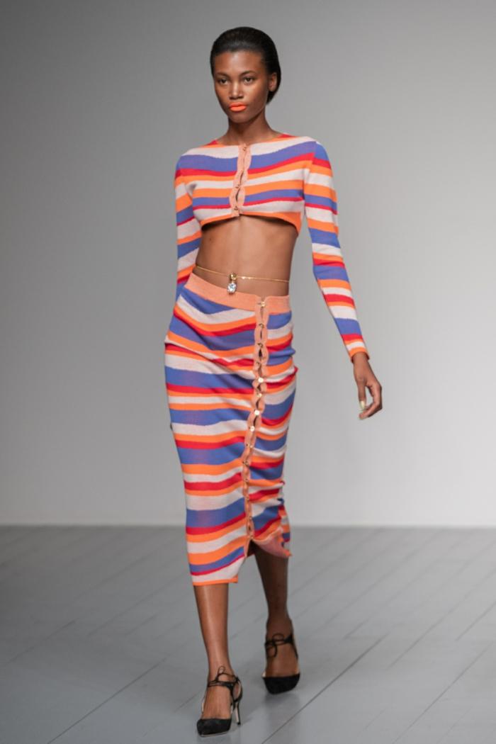fotos de prendas moda mujer, colores que combinan con naranja, falda midi y blusa corta en rayas azul, naranja, beige