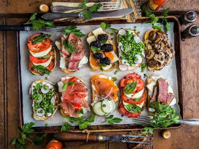 tostadas con ingredientes saludables, combinaciones de sabores ricas y fáciles de hacer, tostadas con queso, tomates y albahacas