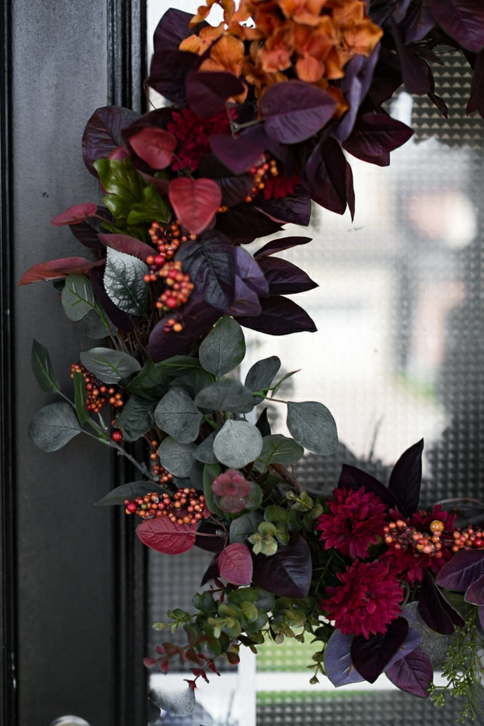 ideas de manualidades para adultos para decorar la casa, preciosa guirnalda de flores para decorar la puerta