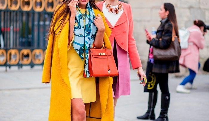 ejemplos de colores que combinan con naranja, abrigos largos en colores vívidos, vestido en colores llamativos, bolso elegante color naranja