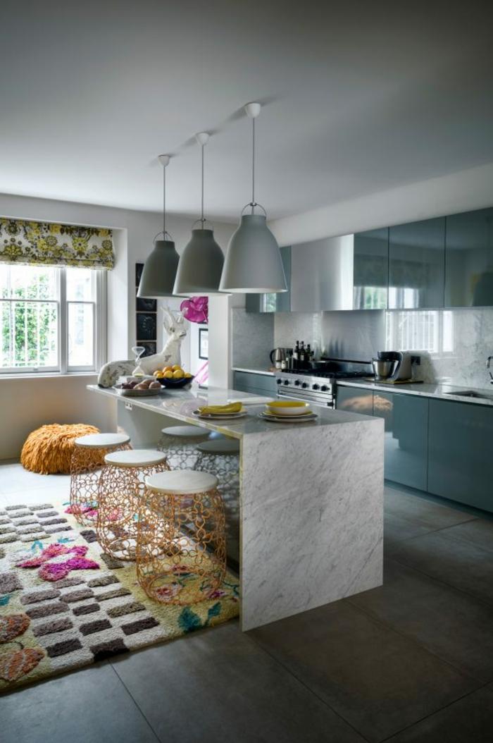 últimas tendencias en cocinas en fotos, grande barra de mármol y sillas en colores, alfombra con motivos florales, cocina grande