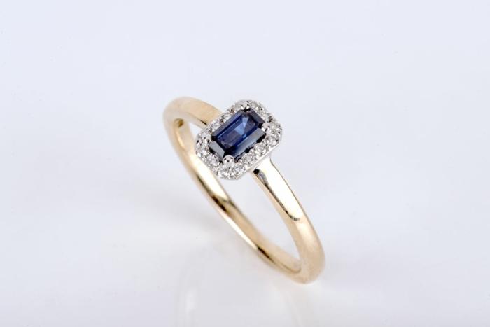precioso anillo con piedra azul y cristales, ideas de regalos bonitos, que regalar a una suegra, 80 fotos con ideas de regalos