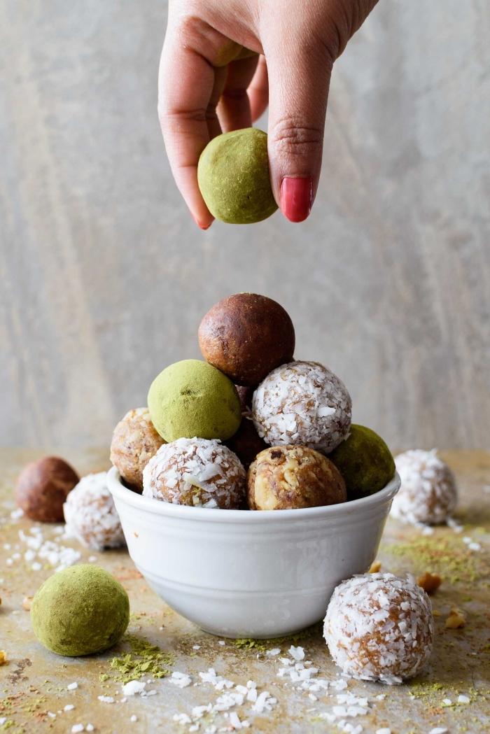 bolas de chocolate energéticas, ideas sobre como hacer trufas de chocolate con pistacho y ralladura de coco, recetas fáciles y sanas