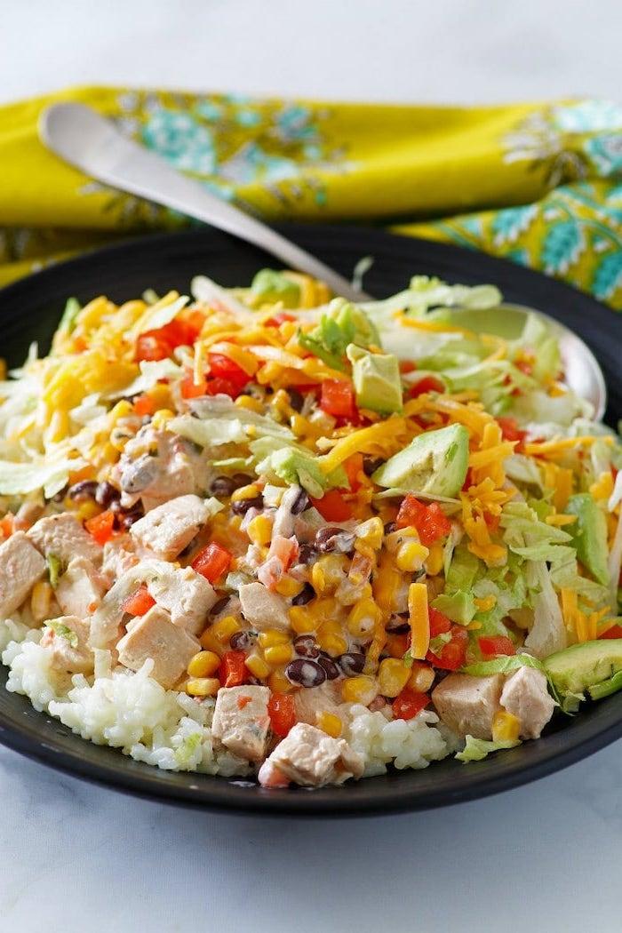 comidas con pollo para una dieta sana, verduras, col, aguacate, pimientos rojos, trozos de pechuga de pollo, judías y arroz blanco