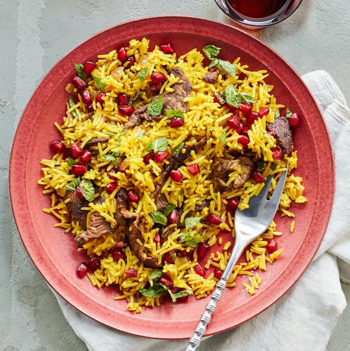 pollo con carne de ternera, hierbabuena y granada, ideas de platos con arroz saludables y fáciles de preparar en casa