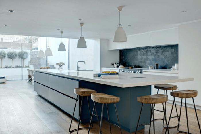 ideas para amueblar una cocina, grande cocina en azul oscuro y blanco con muchas sillas altas y pizarra rústica en la pared