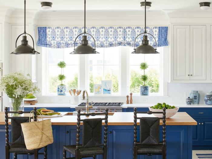 ideas sobre barra americana cocina, bonita cocina en blanco y azul con sillas negras, decoración cocina moderna, cortinas en blanco y azul
