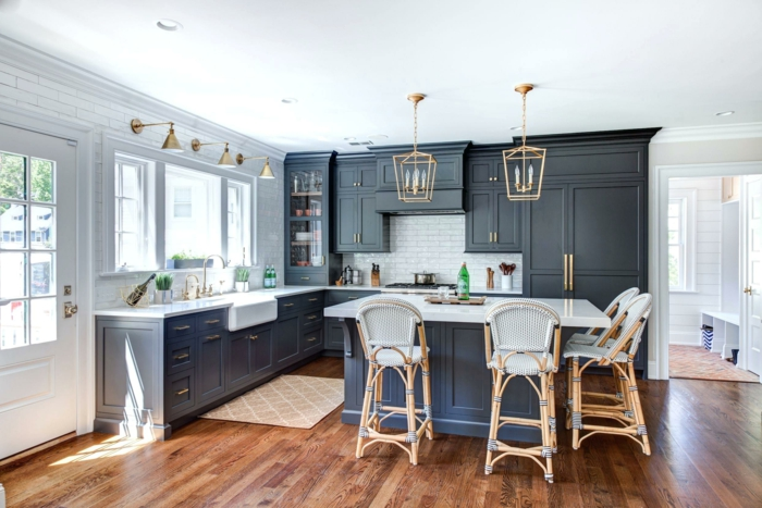 cocina grande en blanco y gris oscuro con barra central y suelo de parquet, barras de cocina bonitas y multifuncionales