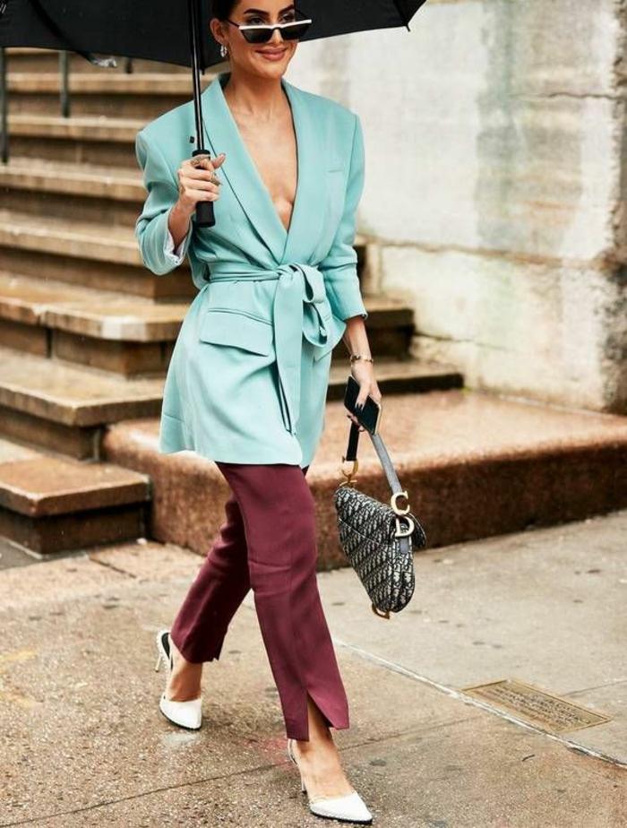 chaqueta elegante en color azul claro, pantalón elegante en color bordeos y tacones color gris, colores que combinan con azul