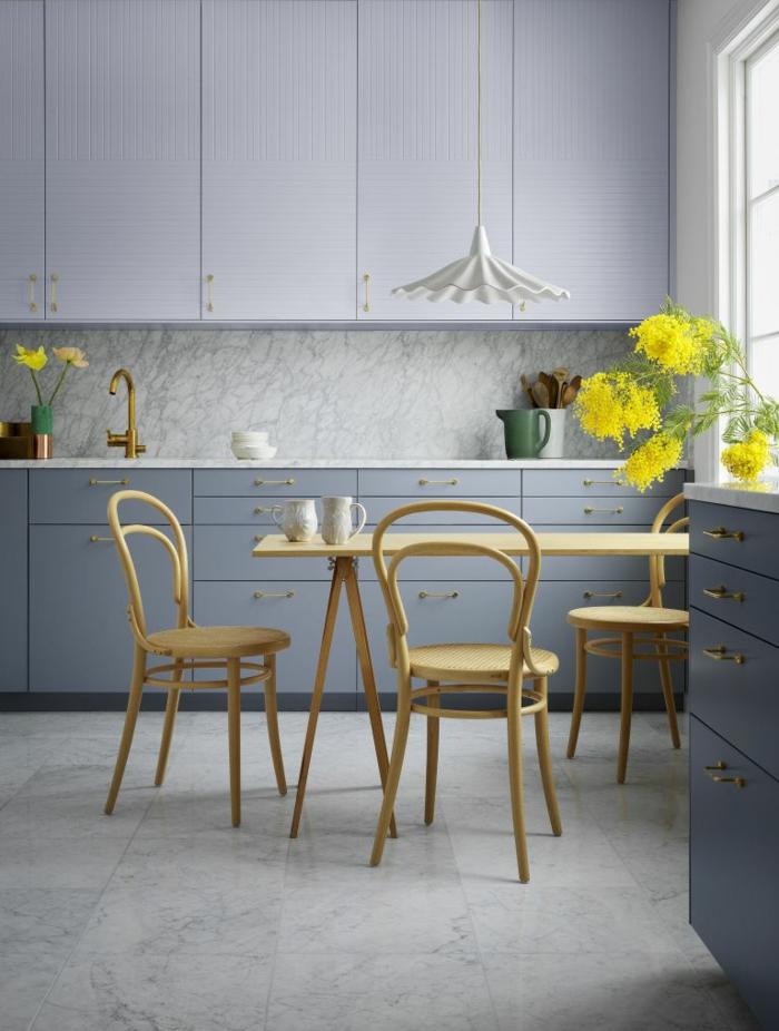 preciosa cocina en girs con sillas y mesa de madera, cocina comedor funcional, barras de cocina multifuncionales en fotos