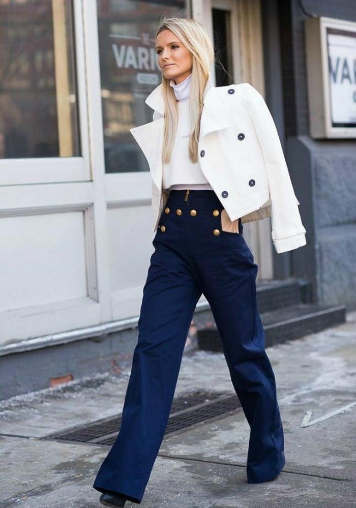 combinación clásica azul oscuro combinado con prendas blancas, colores que combinan con azul, fotos de colores que pegan bien entre si