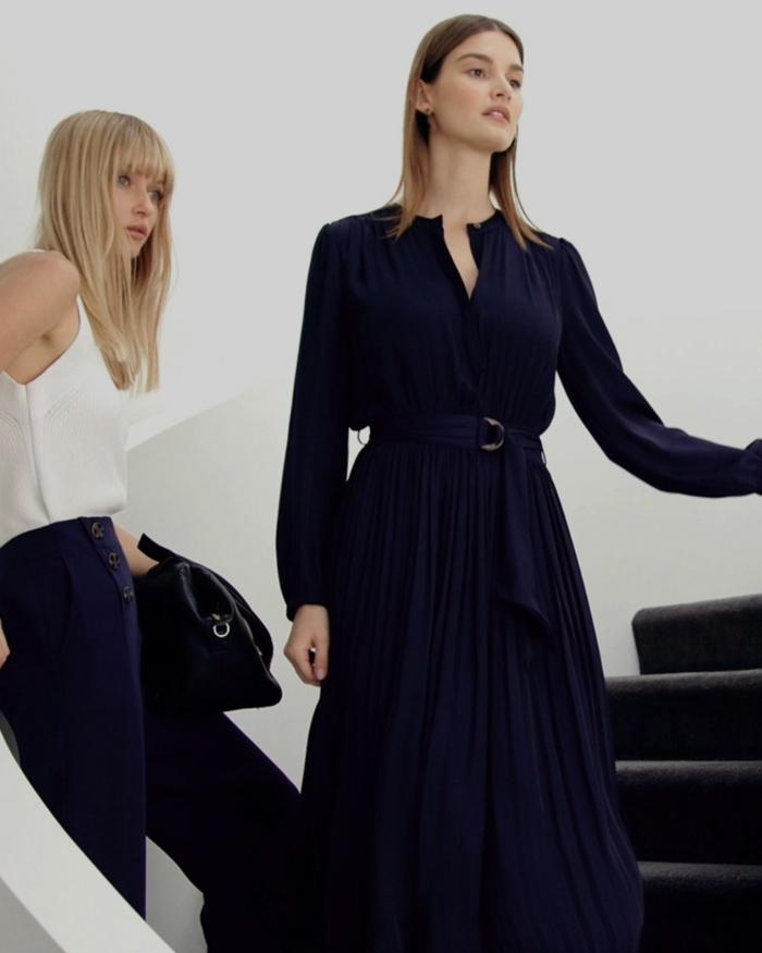 blanco y azul oscuro, una combinación clásica, hermosos ejemplos de colores que combinan con azul en la moda mujer