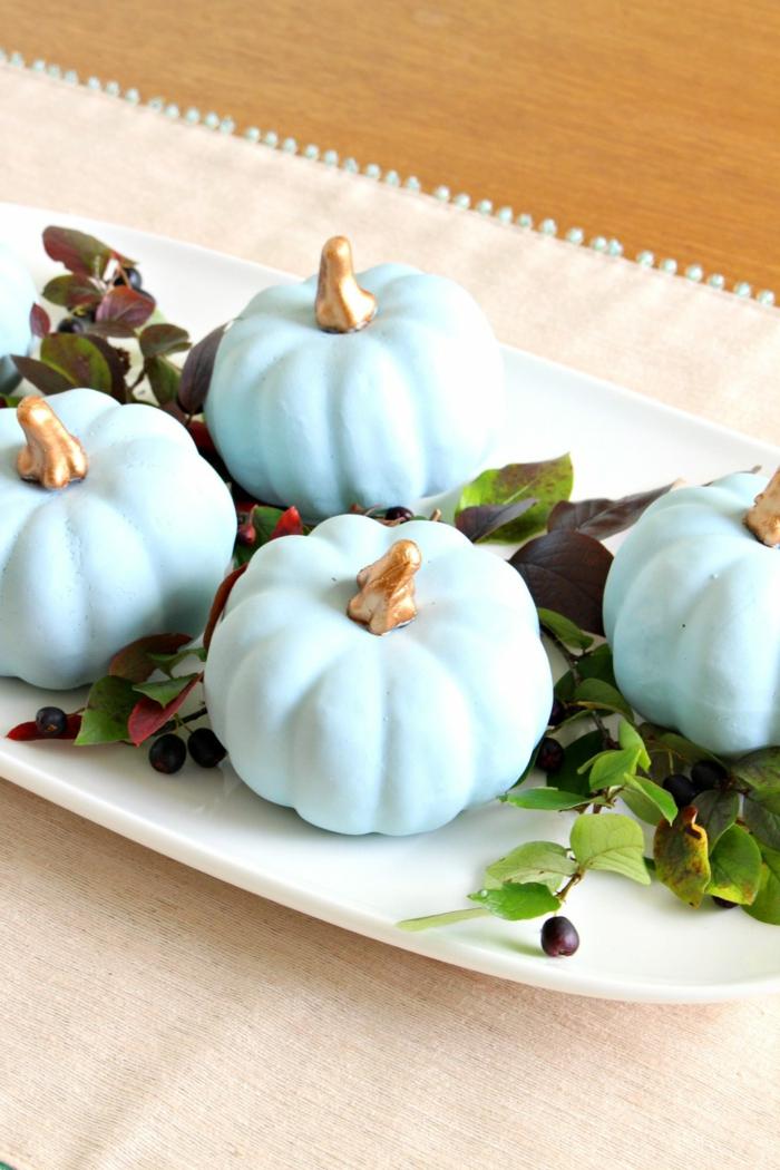 manualidades para adultos para decorar la casa, centro de mesa DIY, pequeñas calabazas pintadas en color azul
