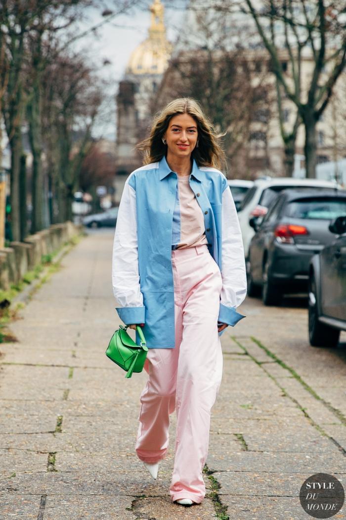 ideas de colores que pegan con el verde, combinaciones de tonos frescos y modernos, pantalones anchos en color rosado, camisa maxy en azul y blanco