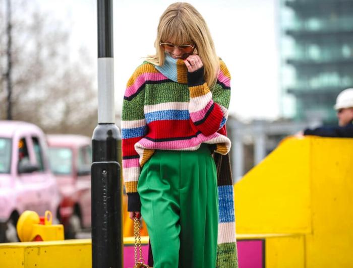 combinación de colores vibrantes, colores que pegan con el verde, pantalón en verde brillante y jersey en rayas