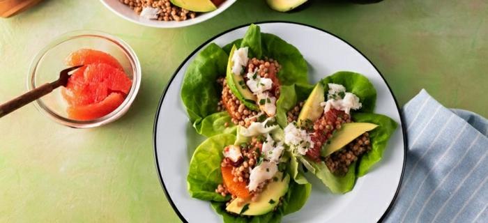 mini barcos de lechuga con aguacate lentejas y vegetales, ideas para platos saludables para picoteo