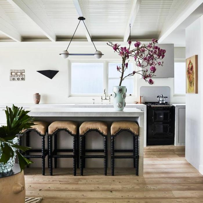 cocina grande decorada en estilo vintage con una isla en el centro, barras de cocina modernas, fotos de cocinas americanas
