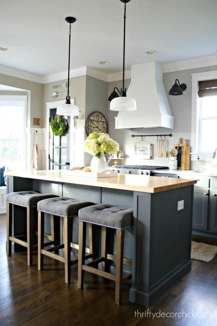 cocinas americanas pequeñas con barras modernas y funcionales, cocina en gris con sillas altas tapizadas y lámparas colgantes