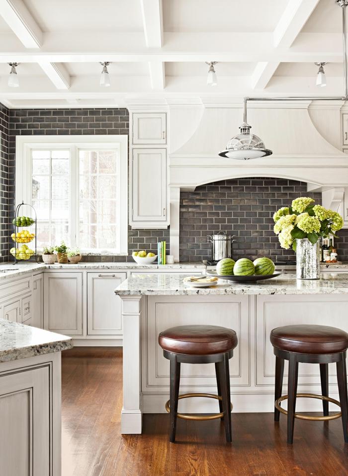 cocina en estilo tradicional en blanco y gris con barra sillas altas, ideas de cocinas americanas pequeñas, fotos de cocinas modernas