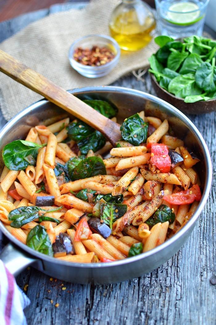 pasta con albahacas, tomates, espinacas, recetas para cenar italianas, como hacer una pasta vegetariana