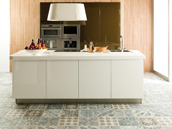cocina grande en color blanco con lugar de almacenamiento, electrodomésticos y dos lavabos, cocinas americanas pequeñas