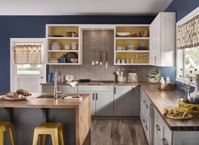 pequeña cocina decorada en azul, ocre y blanco con isla, islas y barras modernas para cocinas pequeñas, colores para cocinas 2019