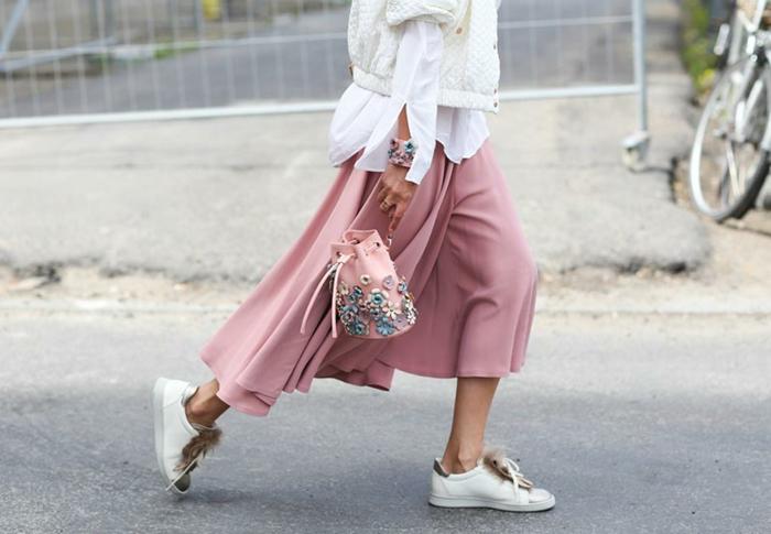 con qué colores combinar el color rosa, colores que combinan con rosa, camisa y chaqueta blanca y falda midi en color rosa