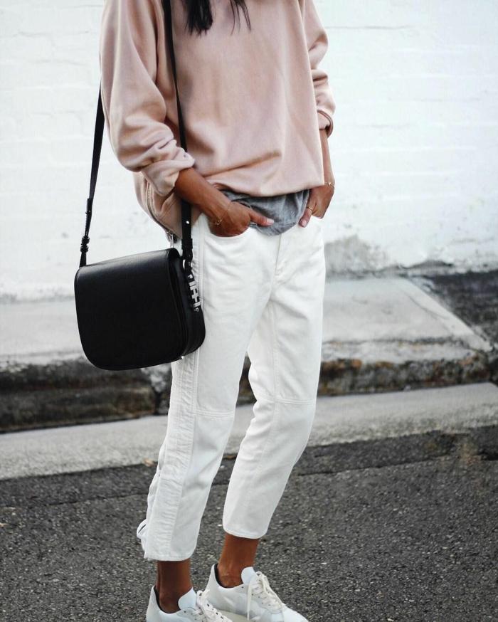 combinaciones de colores básicos, outfit en estilo casual, pantalones color blanco, zapatillas blancas y jersey en color rosado