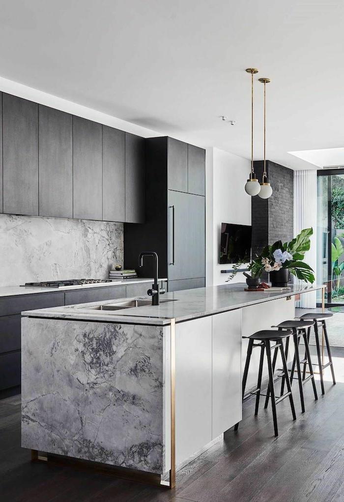 fantásticas ideas de cocinas con peninsula, cocina de diseño en blanco y gris con suelo de madera y sillas altas cómodas