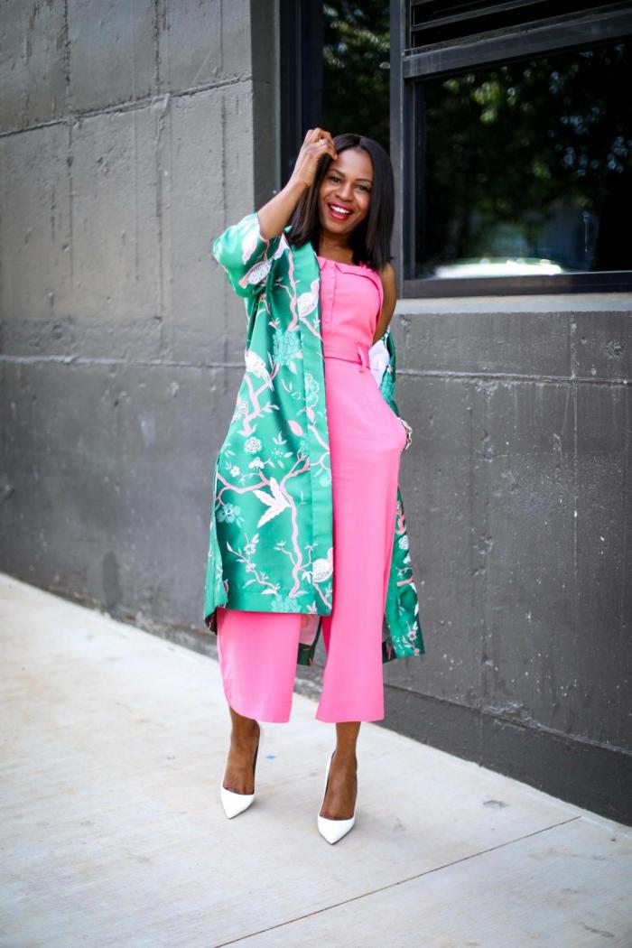mono elegante en color rosado vibrante y chaleco en verde con motivos florales, combinaciones de ropa bonitas