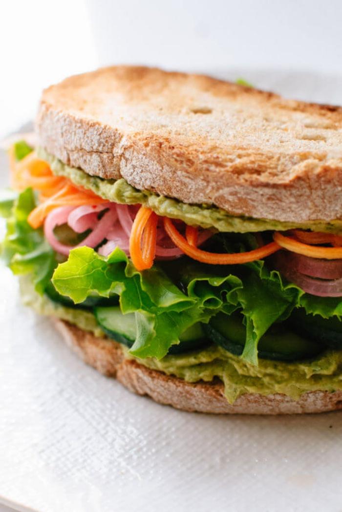 bocadillo saludable con pasta de aguacate, lechuga, pepinos, vegetales, recetas faciles para cenas y desayunar