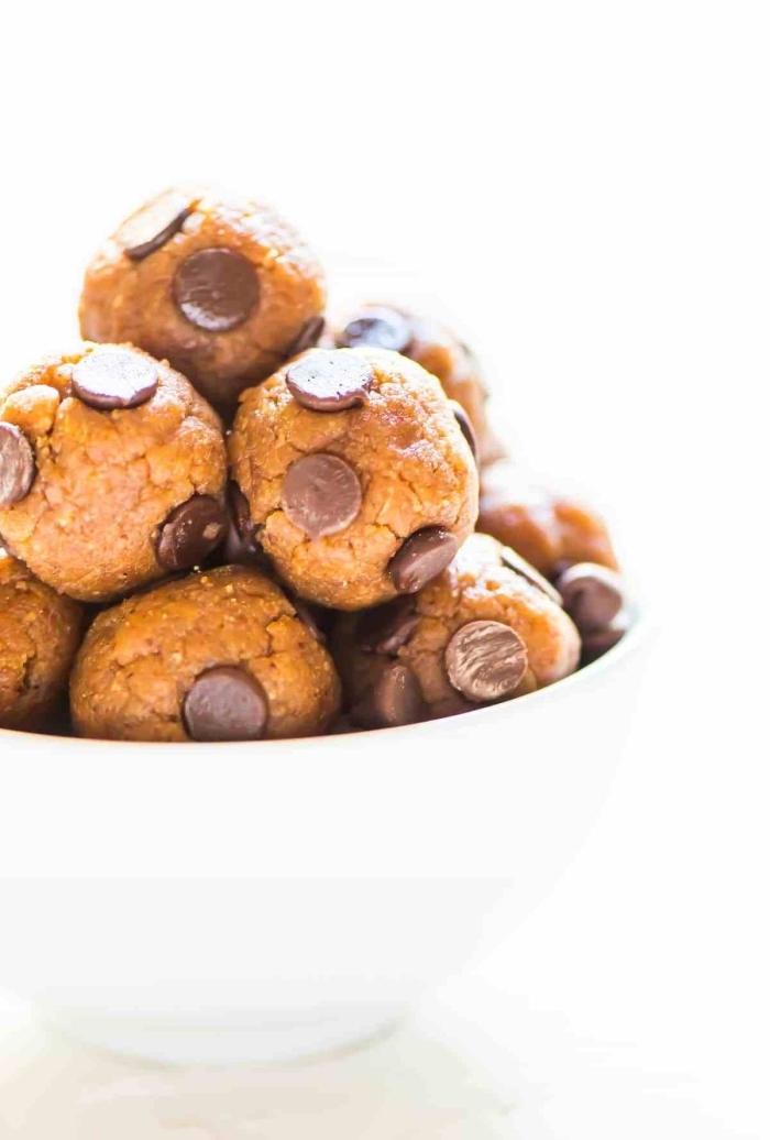 trufas receta de manteca de cacahuetes con chispas de chocolate, ideas sobre bocados energéticos caseros para preparar en casa