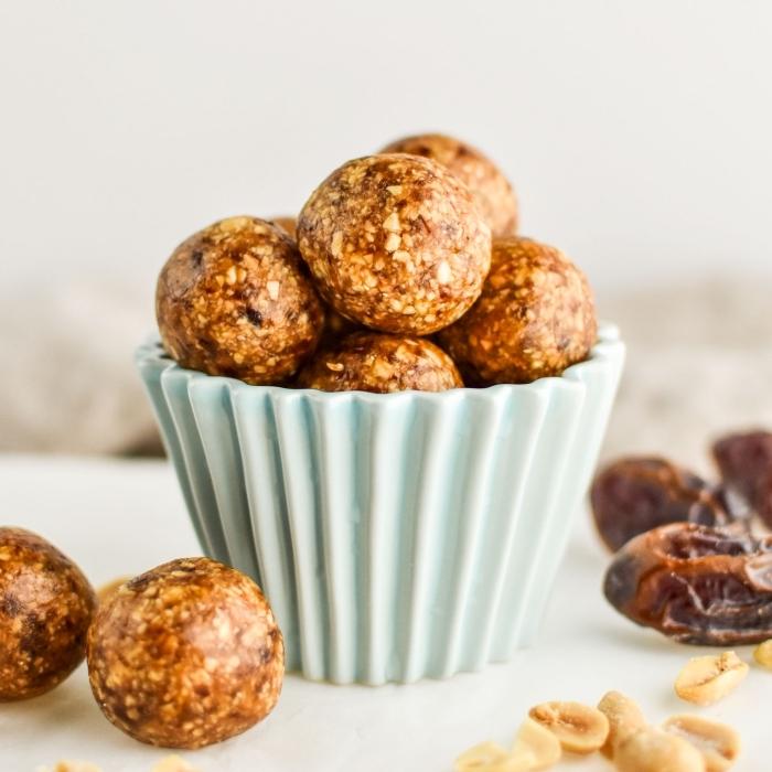 bolas energéticas con manteca de maní y nueces, ideas sobre dulces saludables sin azúcar, postres con dátiles originales
