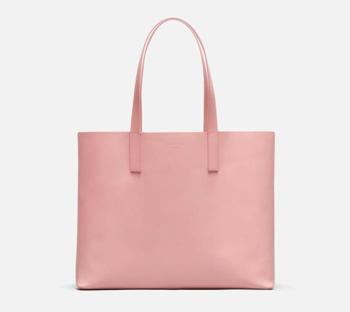 precioso bolso en color rosado, accesorios para regalar a tu madre o suegra, ejemplos sobre que regalar a una suegra