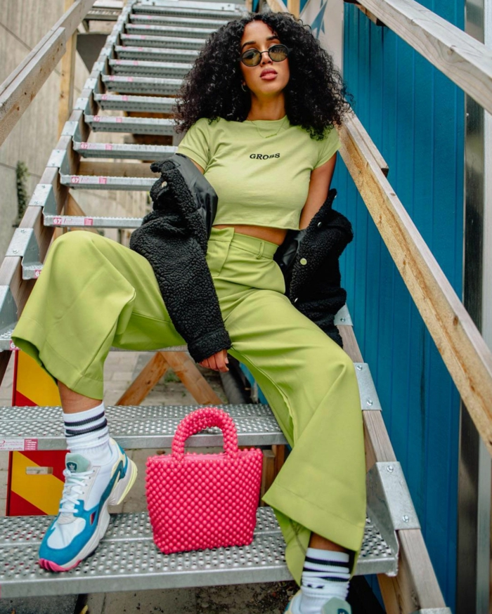 colores que combinan bien entre si, vaqueros en color verde claro y blusa en el mismo color combinados con un bolso en color rosado brillante