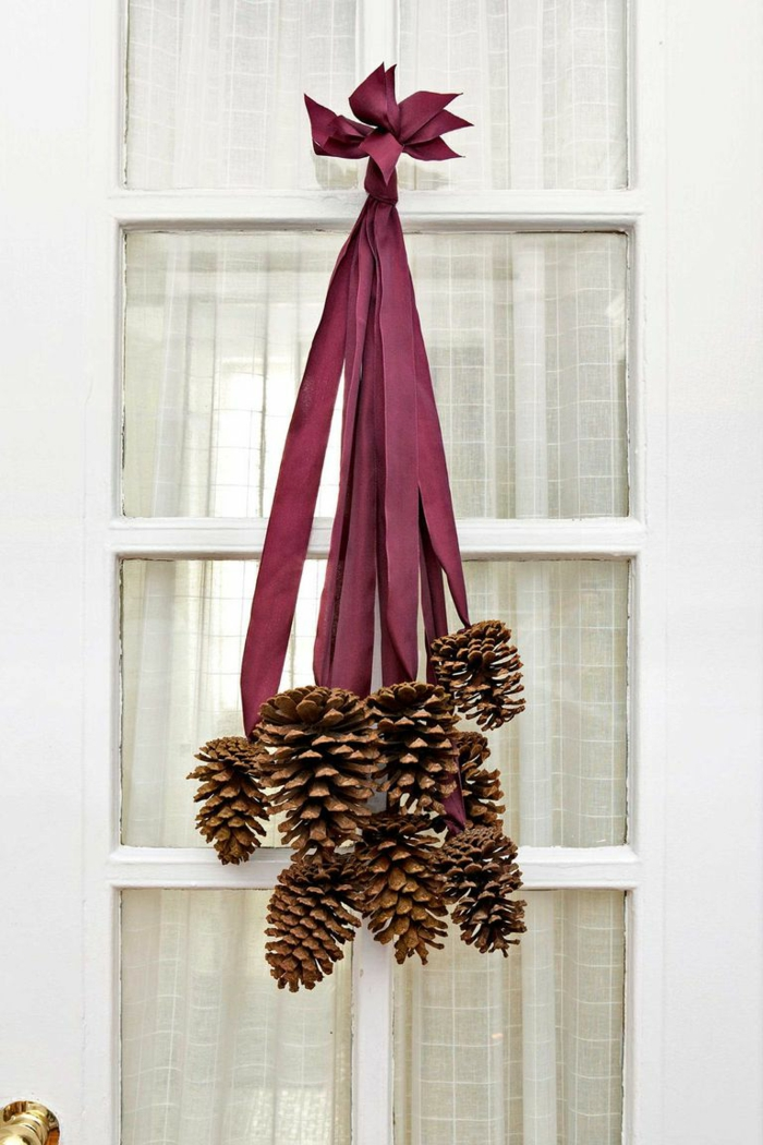 decoración DIY original, ideas de manualidades con piñas, puertas decoradas en otoño, manualidades halloween